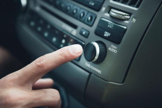 O veículo de transporte e o homem tocando o carro entram no botão