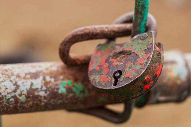 O velho cadeado está fechado em vermelho