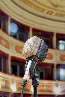 O velho microfone esperando a performance ao vivo do cantor no antigo teatro.