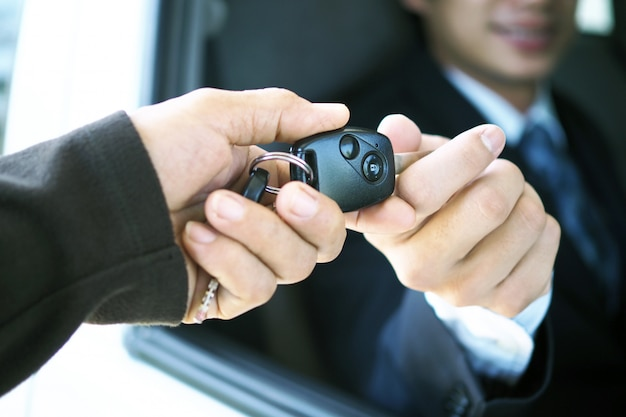 O vendedor de carros e a chave para o novo dono.