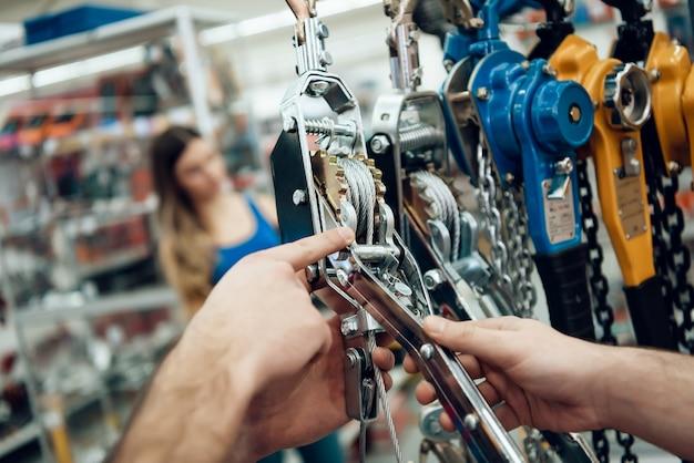 O vendedor está mostrando novos guinchos para o cliente