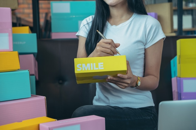 O vendedor está preparando produtos para entregar a seus clientes, vendas on-line ou comércio eletrônico. visão conceitual de fazer cursos na internet com uma interface de tecnologia - conceito de vendas