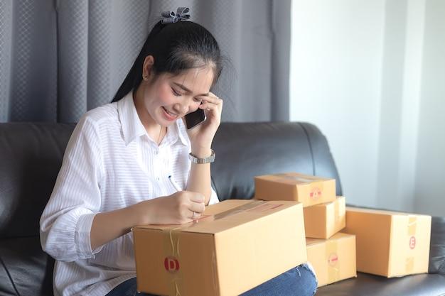 O vendedor prepara a caixa de entrega para o cliente, vendas on-line ou comércio eletrônico.