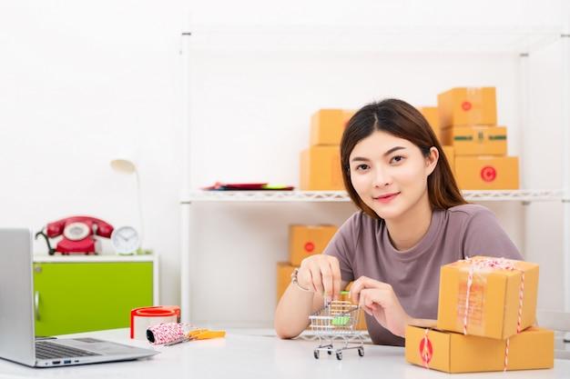 O vendedor prepara a caixa de entrega para o cliente
