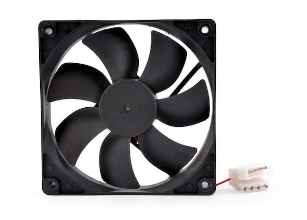 O ventilador do computador isolado no fundo branco