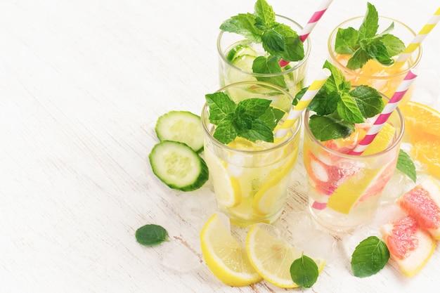O verão bebe água com gelo, hortelã, pepino e frutas cítricas