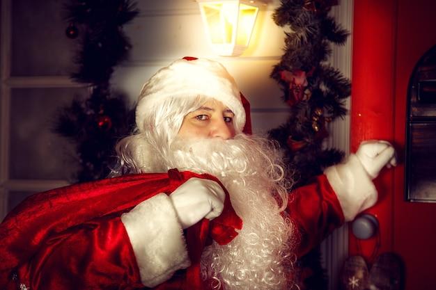 O verdadeiro papai noel. o papai noel bate na porta. noite de natal