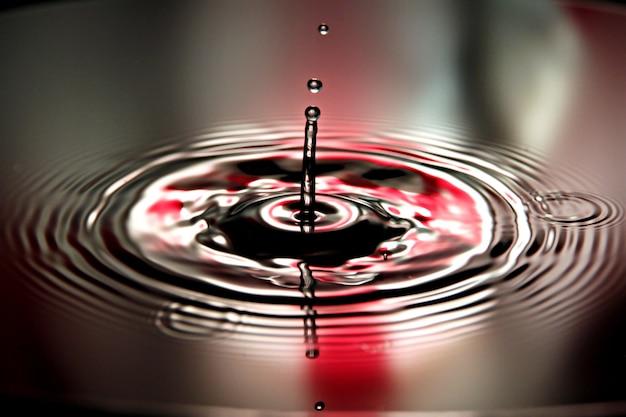 O vermelho da água deixa cair uma forma bonita na bacia.