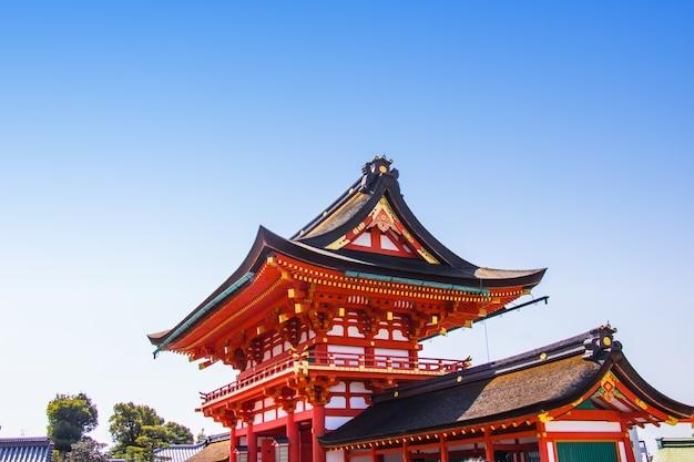 O vermelho da porta da entrada do santuário de fushimi inari é o santuário xintoísmo famoso em kyoto, japão.
