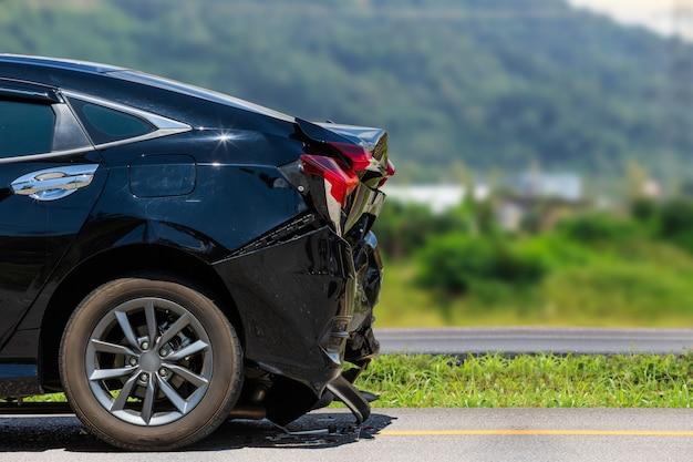 O verso do carro preto é danificado por acidente na estrada