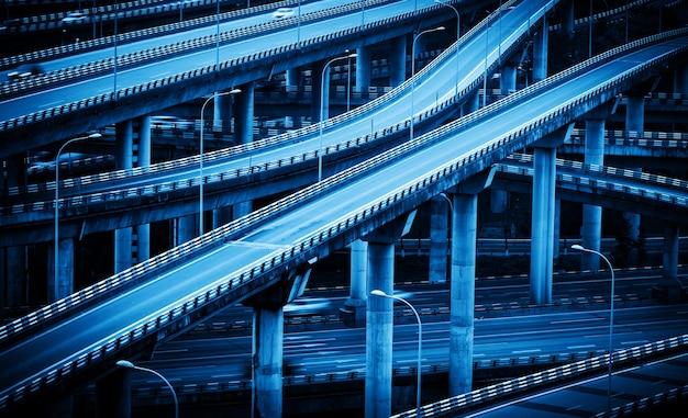 O viaduto de vários andares que se cruza em chongqing, china