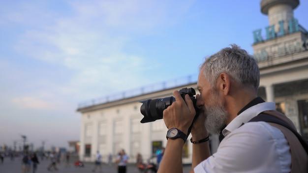 O viajante com a câmera vai tirar as melhores fotos da cidade para o relatório.