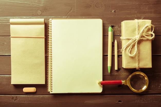 O viajante do local de trabalho. o caderno em branco.