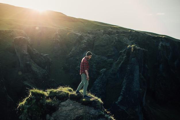 O viajante explora a paisagem acidentada da islândia