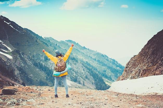 O viajante feliz se alegra após conquistar um cume nas montanhas tien shan
