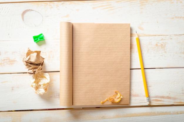 O viajante no local de trabalho. o caderno em branco.