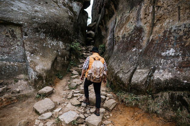 O viajante sobe pelo desfiladeiro entre as duas rochas