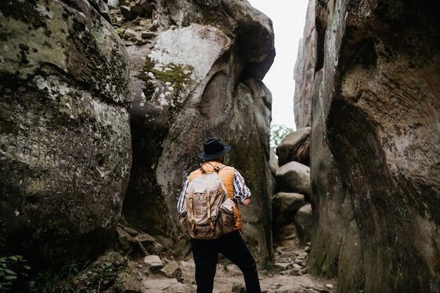 O viajante viaja nas montanhas com uma mochila