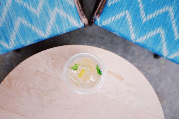 O vidro da limonada disparou da vista aérea na tabela rústica. vista do topo