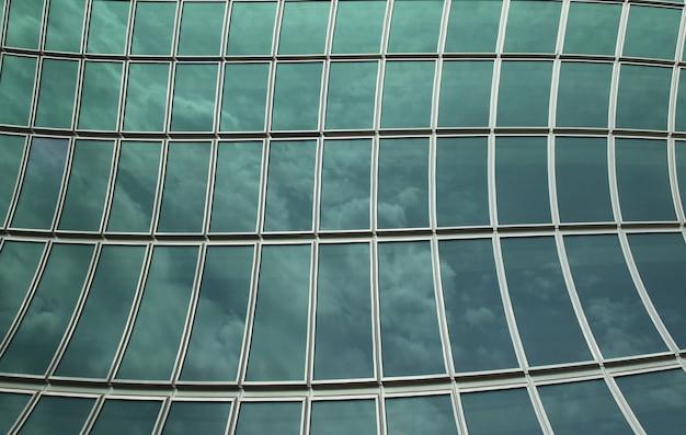 O vidro da parede reflete o céu para o fundo