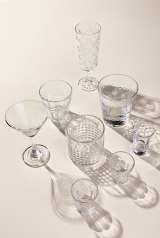 O vidro se fixa na superfície da luz com sombras
