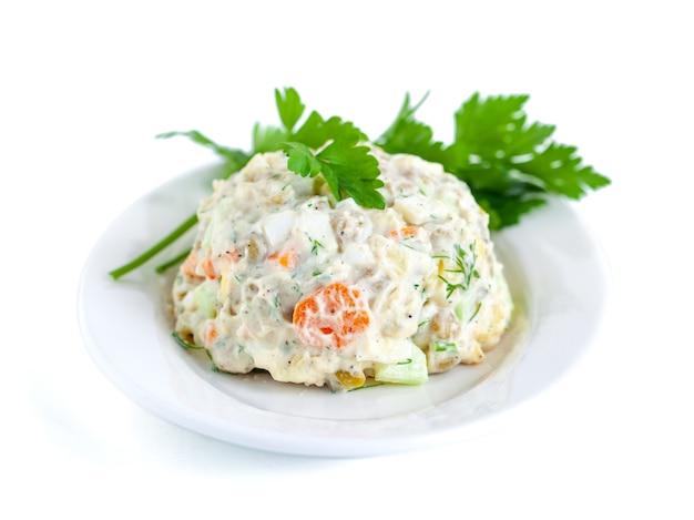 O vinagrete de vários vegetais cozidos com salsa no prato branco