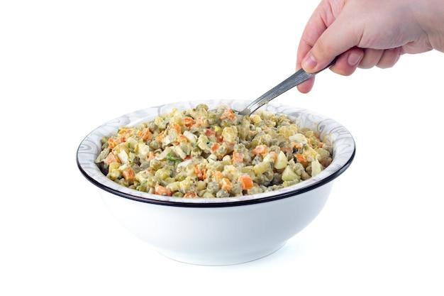 O vinagrete de vários vegetais cozidos no prato branco