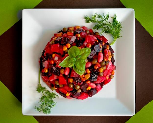 O vinagrete é popular na alface ucraniana a partir da mistura de vegetais crus e cozidos. um componente básico do vinagrete é a beterraba.