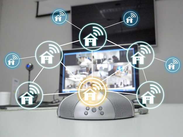 O viva-voz e a videoconferência na sala de reuniões com o ícone de rede doméstica que representa a ideia para um novo trabalho narmal.