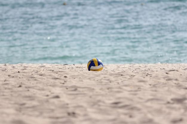 O vôlei na praia de areia tem mar na tailândia