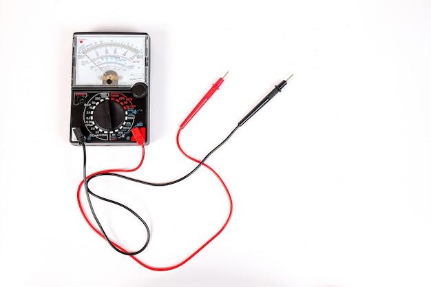 O voltímetro analógico combina várias funções de medição em uma unidade.