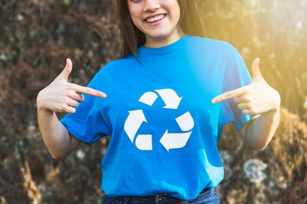 O voluntário da ecologia recicl dentro o t-shirt