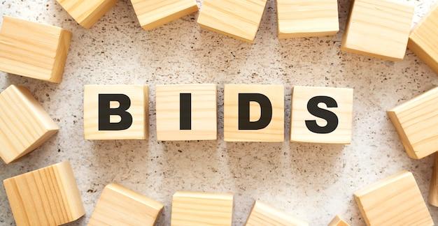 O word bids consiste em cubos de madeira com letras