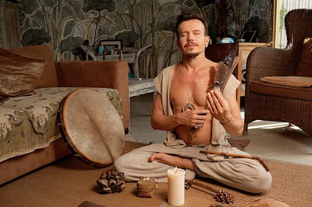 O xamã está praticando