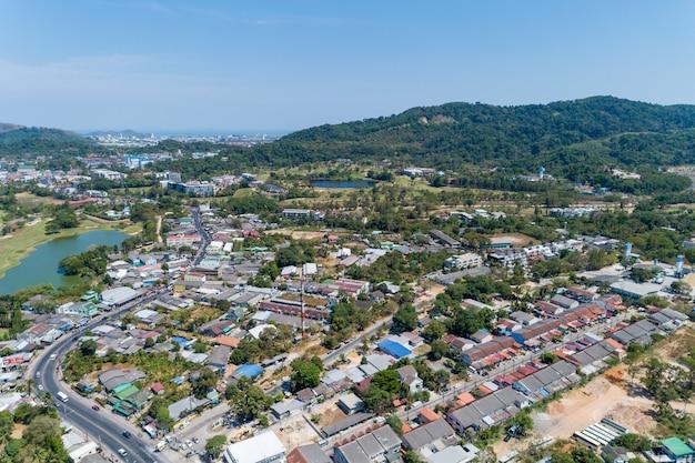 O zangão da vista aérea disparou da vila moderna das casas em tailândia.