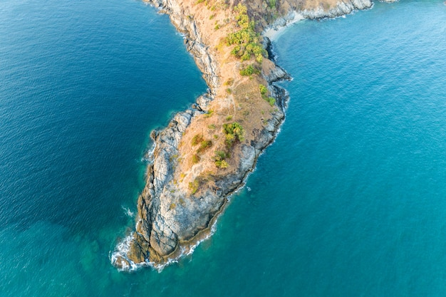 O zangão da vista aérea disparou do cabo do laem promthep mar bonito de andaman do cenário em phuket tailândia.