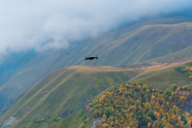 O zangão dispara na paisagem da montanha do outono nas montanhas de gudauri, geórgia.