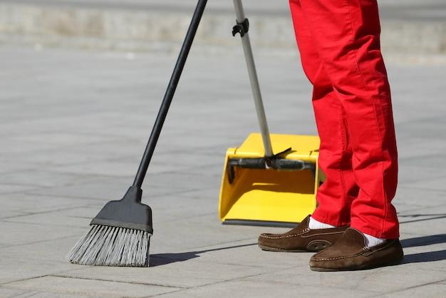 O zelador varrendo os ladrilhos da cidade