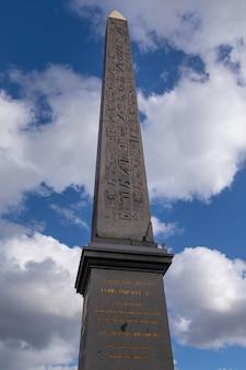 Obelisco de luxor na praça concorde, no centro de paris, frança.