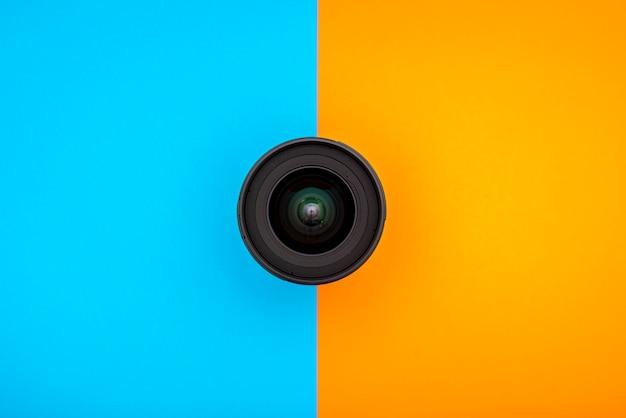 Objetiva de 24 mm em um fundo azul e laranja