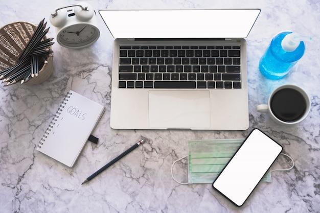 Objetivo e alvo, trabalhando em casa conceito, notebook na mesa com lâmpada, laptop e café, copie o espaço para texto