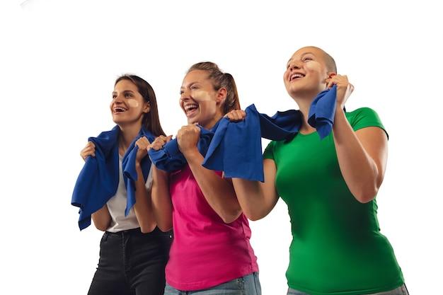 Objetivo. fãs de futebol feminino torcendo pelo time de esporte favorito com emoções brilhantes, isoladas no fundo branco do estúdio.