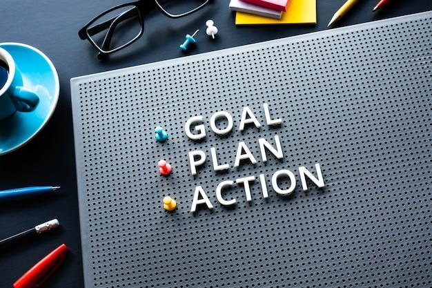 Objetivo, plano e texto de ação com texto na mesa da mesa. gestão de negócios. motivação para ideias de conceitos de sucesso