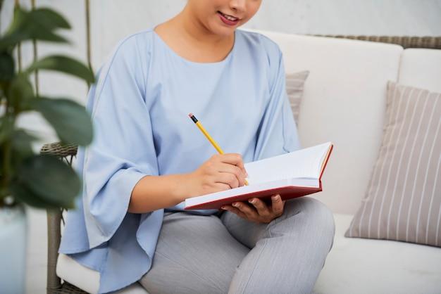 Objetivos da escrita da mulher de negócios no bloco de notas