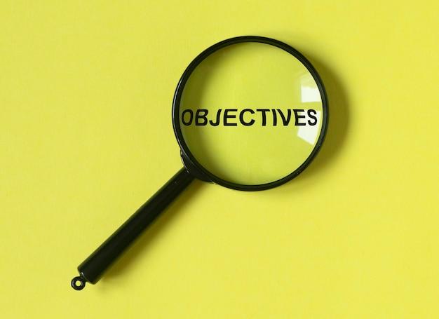 Objetivos de texto por meio de lupa no conceito de alvo de fundo amarelo brilhante