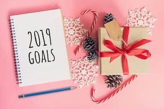 Objetivos do ano novo de 2019, caixa de presente marrom da vista superior, caderno e decoração do Natal