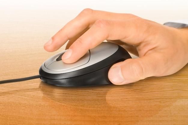 Objeto de comunicação. mouse e mão do computador de escritório