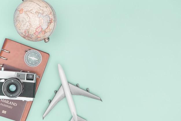 Objeto de equipamento de viagens vintage no espaço da cópia de fundo verde