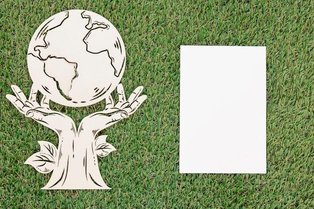 Objeto de madeira do dia mundial do ambiente com cartão vazio