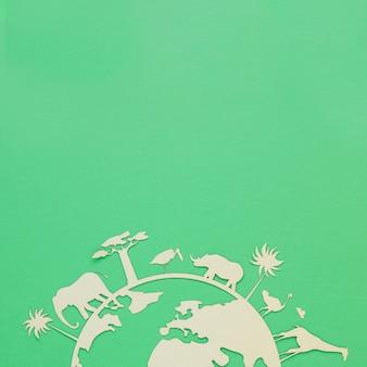 Objeto de madeira do mundo ambiente dia sobre fundo verde, com espaço de cópia
